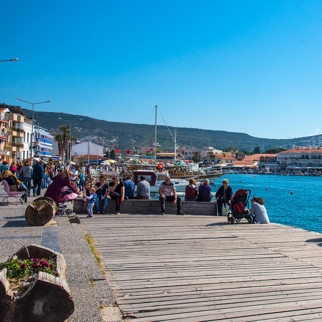 Eski Foça'da deniz kenarı toplanma yeri